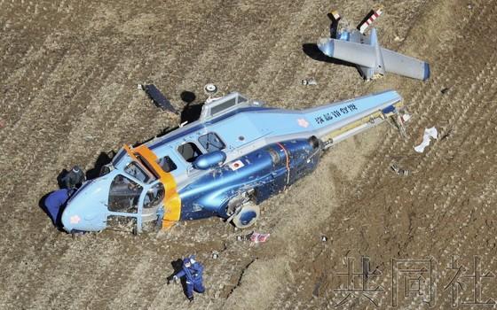 日警方直升機在運送移植用心臟途中迫降側翻現場。(圖源:共同社)