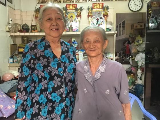 曾女和梁金英(左)革命老前輩姐妹情深。