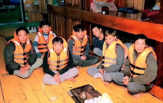 遇險獲救的 7 名漁民。(圖源:海傳)