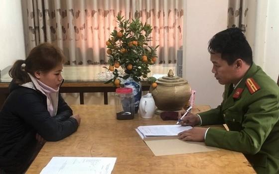調查員向被拘留的胡氏翠錄取供詞。(圖源:H.Hồ)