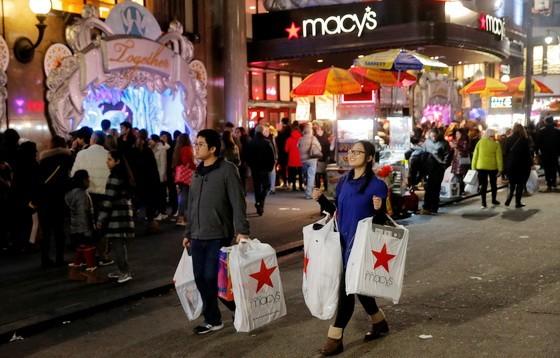 梅西百貨消費者湧入買商品迎接「黑色星期五」血拼日。(圖源:路透社)