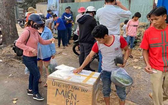 民眾紛紛捐款輔助農民。(圖源:陲楊)
