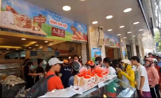 """消費者排隊購買""""火龍果麵包""""。"""