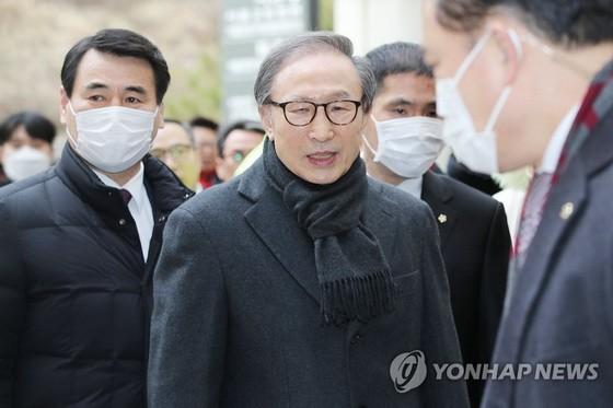 2月19日,李明博到首爾高等法院出席貪污受賄案二審法庭審理。(圖源:韓聯社)