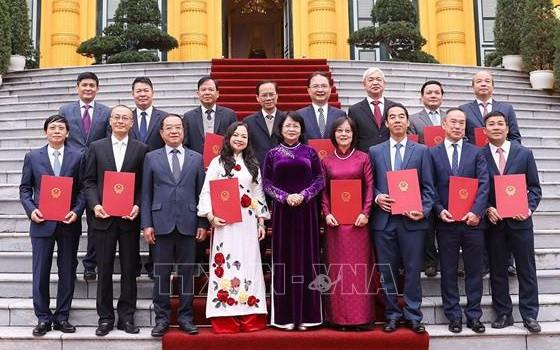 國家副主席鄧氏玉盛(中)與獲晉升大使在主席府前合影留念。(圖源:越通社)