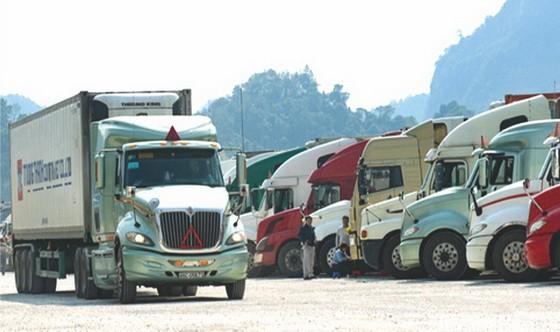 滯留在新清口岸附近的集裝箱貨車陸續通關。(圖源:互聯網)