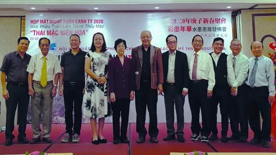 華人資深畫家們同與會者合影留念。