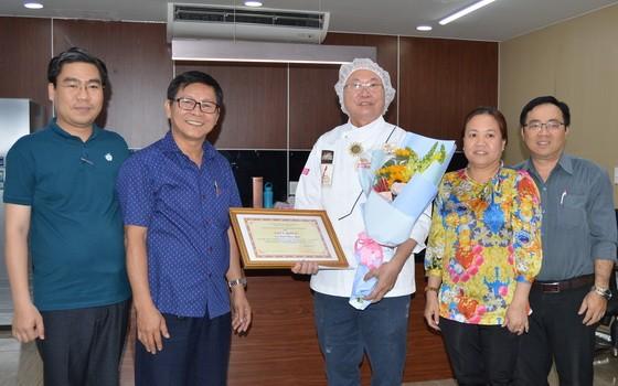 高肇力(右三)接受市民族處領導頒贈獎狀和鮮花祝賀。