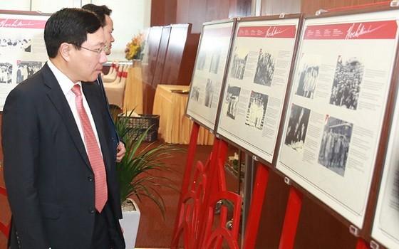 副總理、外交部長范平明參觀推崇胡伯伯圖片展。(圖源:海明)