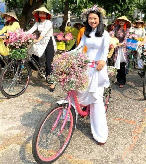 華人女企業家龐美玲參加穿長衫 騎自行車遊行活動。