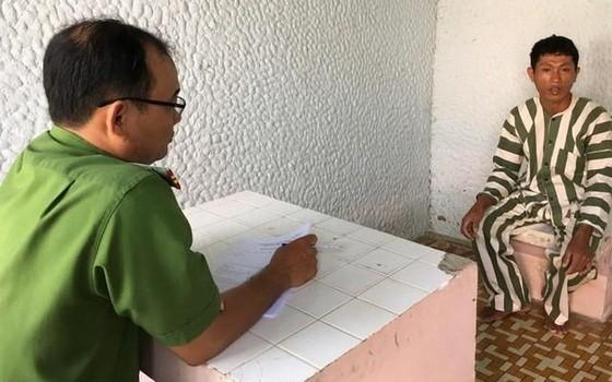 調查員向嫌犯石玉創錄取口供。(圖源:警方提供)
