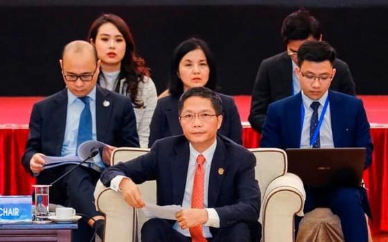 越南工商部長陳俊英(前)主持會議。(圖源:投資者報)