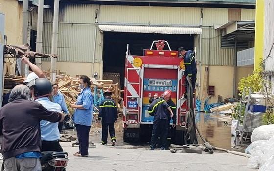 消防隊聞訊後趕抵現場展開滅火和救援工作。(圖源:阮安)