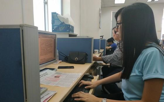 華文《西貢解放日報》員工參加出版工作。