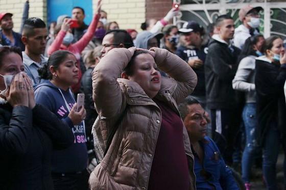 服刑人員家屬在外等待消息。(圖源:路透社)