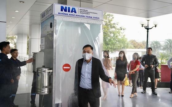 內牌機場昨(24)日已正式投入使用全身消毒室。(圖源:潘功)