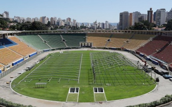 當地時間3月23日,巴西聖保羅,工人們在Pacaembu體育場建造一家臨時野戰醫院。(圖源:互聯網)