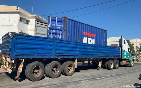被警方截停的卡車,經檢查集裝箱內發現64具遺體。(圖源:DW)