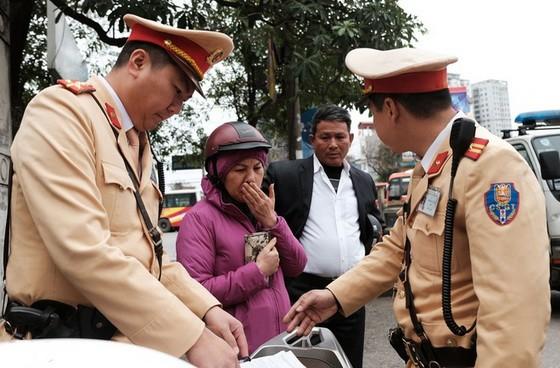 交警對違規者作出處理。
