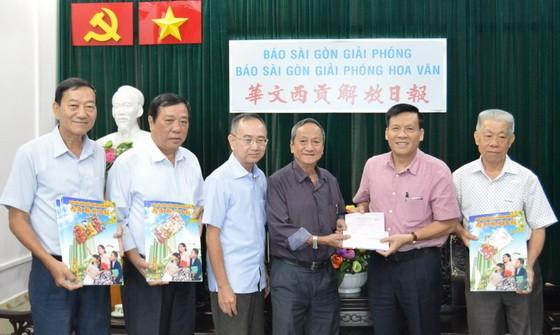 王永勝(右三)與土龍木天后宮理事成員贊助本報慈善基金。