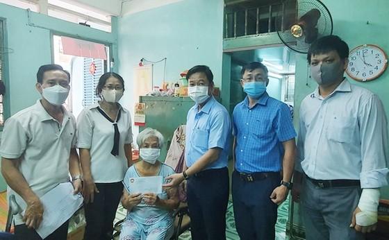 第五郡越南祖國陣線委會主席黎晉才前往看望第八坊貧困的彩票兜售者家庭並贈送輔助金。