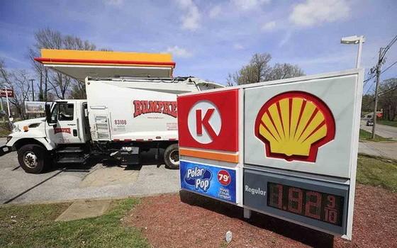 圖為4月2日在美國肯塔基州路易斯維爾一家加油站的價目表。(圖源:AFP)