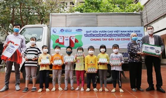 """越南奶品公司(Vinamilk)近日展開""""為了少兒的健康與安全-我們攜手抗擊新冠病毒""""活動。"""