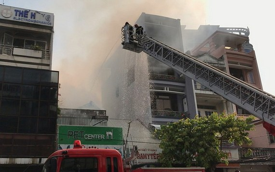 消防隊聞訊後趕抵現場,使用雲梯車迅速展開滅火和營救行動。(圖源:HT)
