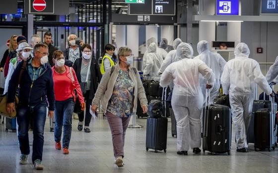4月18日,航空公司員工身穿防護服抵達德國法蘭克福機場。(圖源:AP)