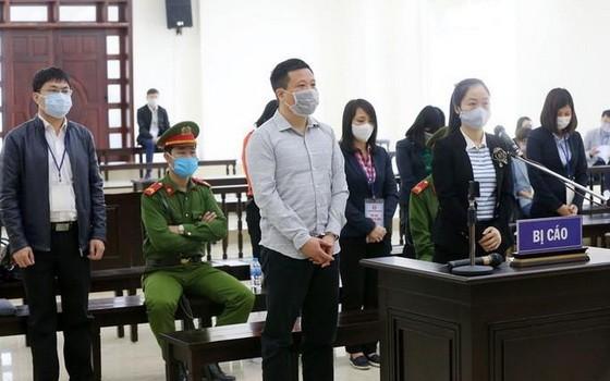 庭審現場,前排左一為被告人何文琛。(圖源:秋莊)