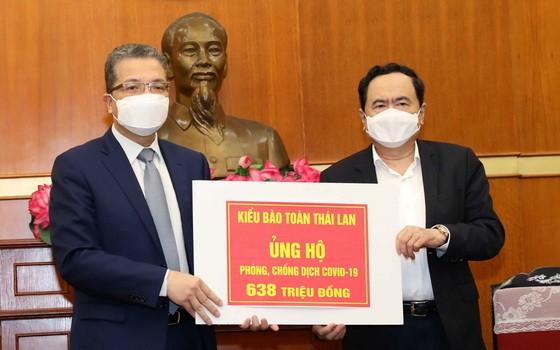 外交部副部長、旅居海外越南人國家委員會主任鄧明魁(左)向越南祖國陣線中央委員會轉贈善款。(圖源:越通社)