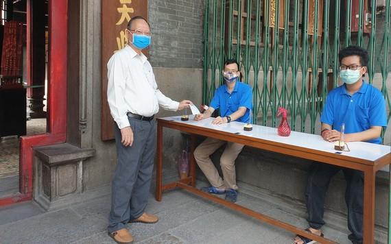 盧耀南理事長(左)安排員工值勤展開防疫工作。