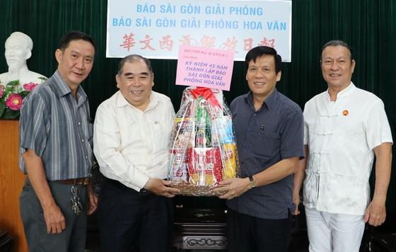 阮玉英主編(右二)接受第五郡東醫會的賀禮。