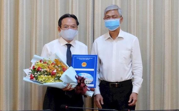 市人委會副主席武文歡(右)向潘長山同志頒發人事委任《決定》。(圖源:市黨部新聞網)