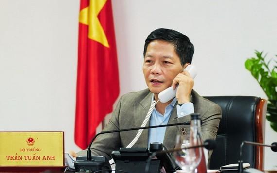 工商部長陳俊英與東盟秘書長林玉輝通電話,商討有關新冠肺炎疫情後的經濟復甦與維持地區供應鏈的計劃。(圖源:工商部)