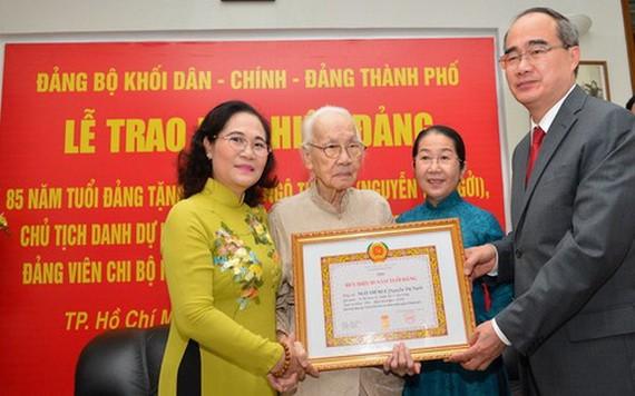 市領導向吳氏慧同志頒贈85年黨齡紀念章。(圖源:越勇)