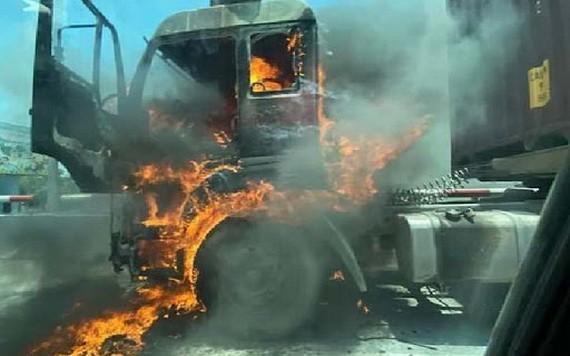 牽引車起火,現場火勢猛烈。(圖源:VNN)
