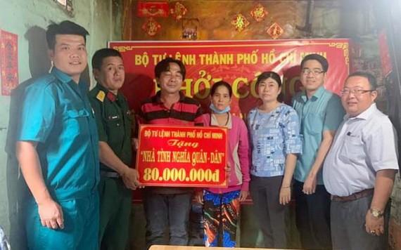 本市司令部給該坊華人劉建贈送8000萬元,以作為修建住房的經費。。