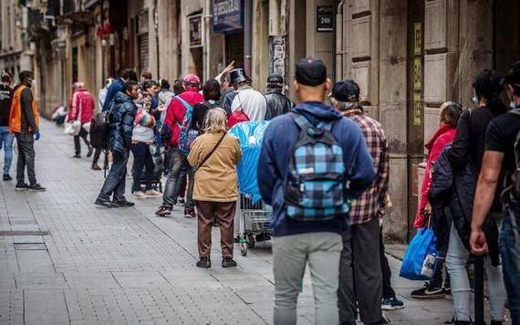民眾排隊等待教堂施以食物援助。(圖源:Getty Images)