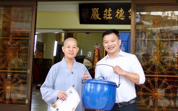 妙法寺住持釋宏心法師向陳列室代表捐贈懷舊物品。