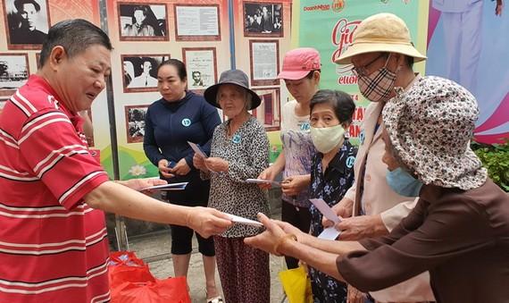 杭慰瑤先生向貧困戶贈送救濟品。