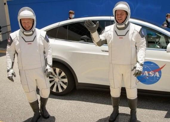 赫利(左)和本肯(右)完成升空前的最後演練。(圖源:互聯網)
