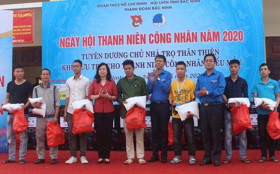 共青團北寧省省委代表向貧困工人贈送禮物。(圖源:陳舒)