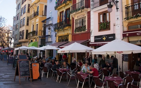 圖為西班牙南海岸的露天餐廳街。(圖源:Sputnik)