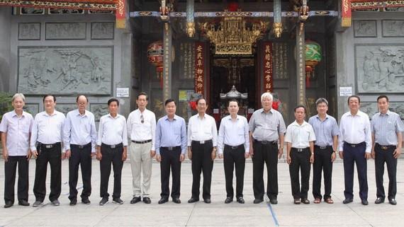 第五郡郡委書記阮文孝(右六)與義安會館理事會代表合影。