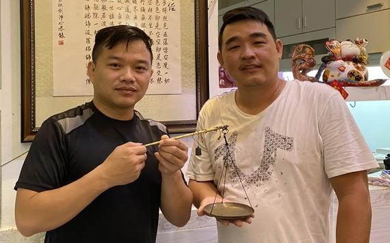 華人年輕企業家謝立輝(右)向陳列室捐贈藥材古秤。