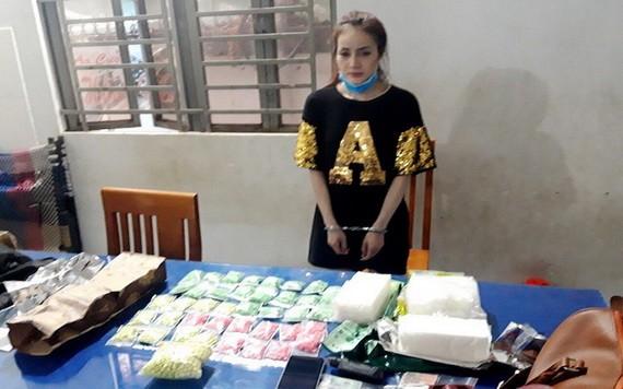 被捕的運毒嫌犯杜如意與毒品物證。(圖源:警方提供)
