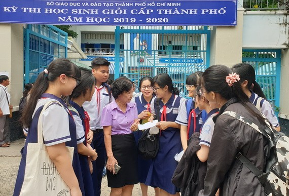 文朗學校初中考生考完試後向老師匯報考試情況。