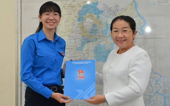 潘氏清芳同志(左)出任第十屆共青團本市市委書記。(圖源:越勇)