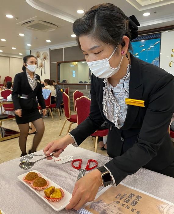 """愛華2酒樓人員向食客推介""""金叵羅""""。"""